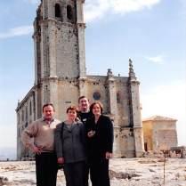 Con las Iglesia Mayor Abacial al fondo.