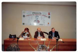 Presentando al ponente en la Jornada Vinícola de Frailes.